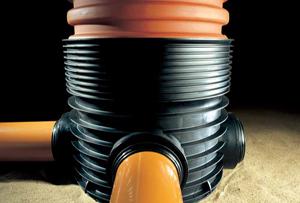 пластиковый лоток с разъемом и трубами для колодца
