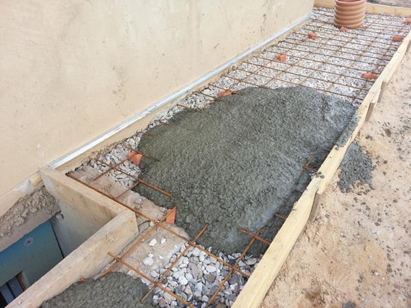 Железная основа бетонной дорожки