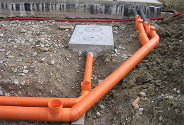 Укладка канализационных труб под определенным уклоном