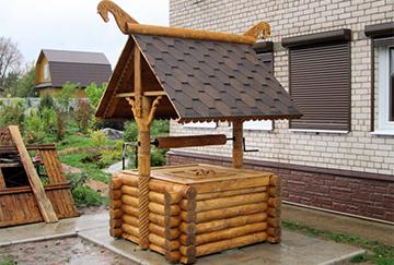 Постройка домика над колодцем