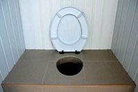 Унитаз в дачном туалете