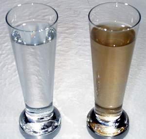 стакан с железистой водой и с очищенной водой