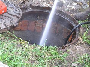 Чистка колодца напором воды