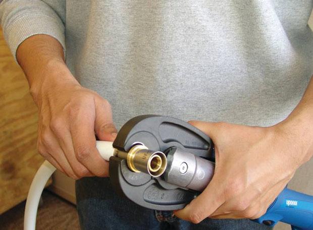 Обжим металопластиковых труб механическими пресс клещами