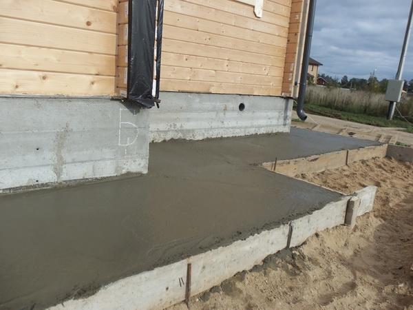 Готовая бетонная дорожка у частного дома