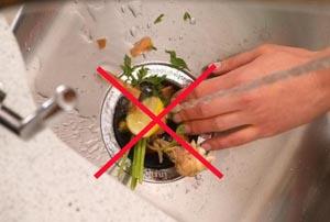 Нельзя сбрасывать мусор в канализацию