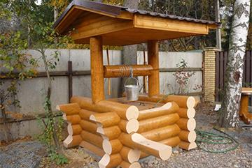 Бревенчатый домик для колодца