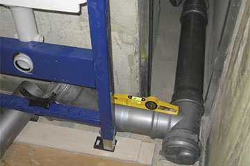 Установка труб канализации