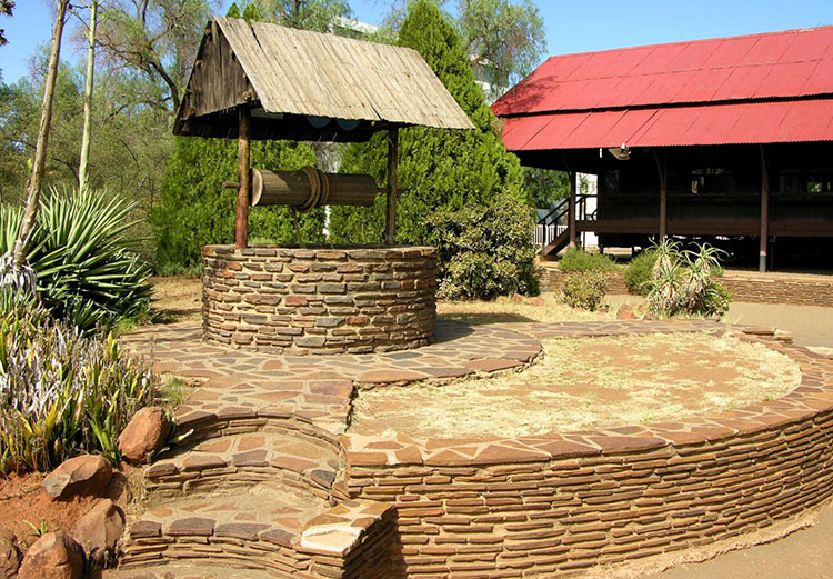 Каменный колодезный домик