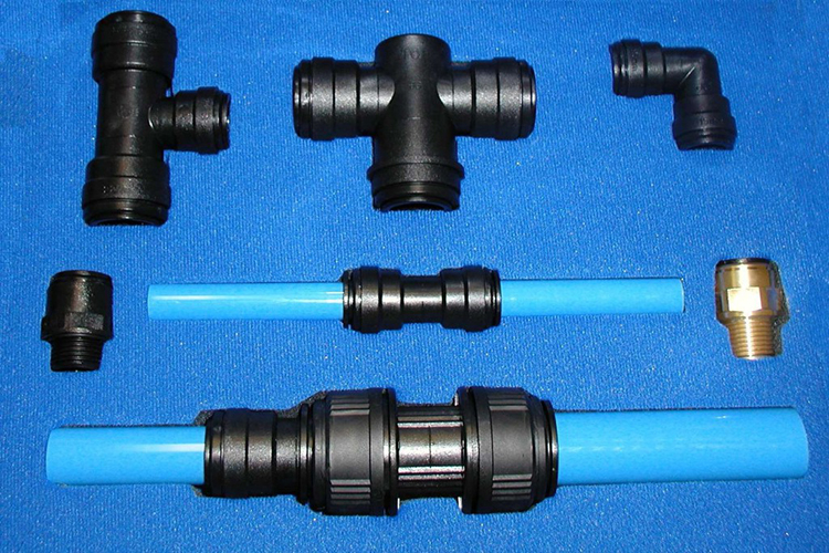 Установка пуш-фитингов для металлопластиковых труб