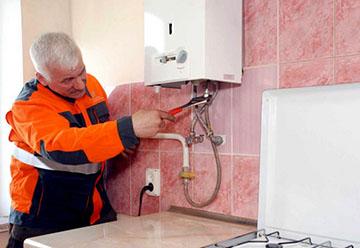 Работник устанавливает колонку в соответствии с требованиями