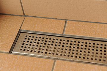 Виды и конструкция слива в полу: для душа и ванной комнаты, особенности выбора и монтажа
