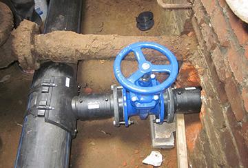 Врезка в существующий трубопровод с помощью накладной седелки